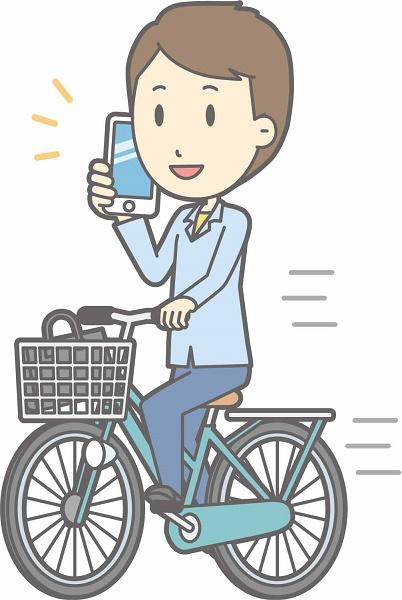 自転車でスマホを見ている