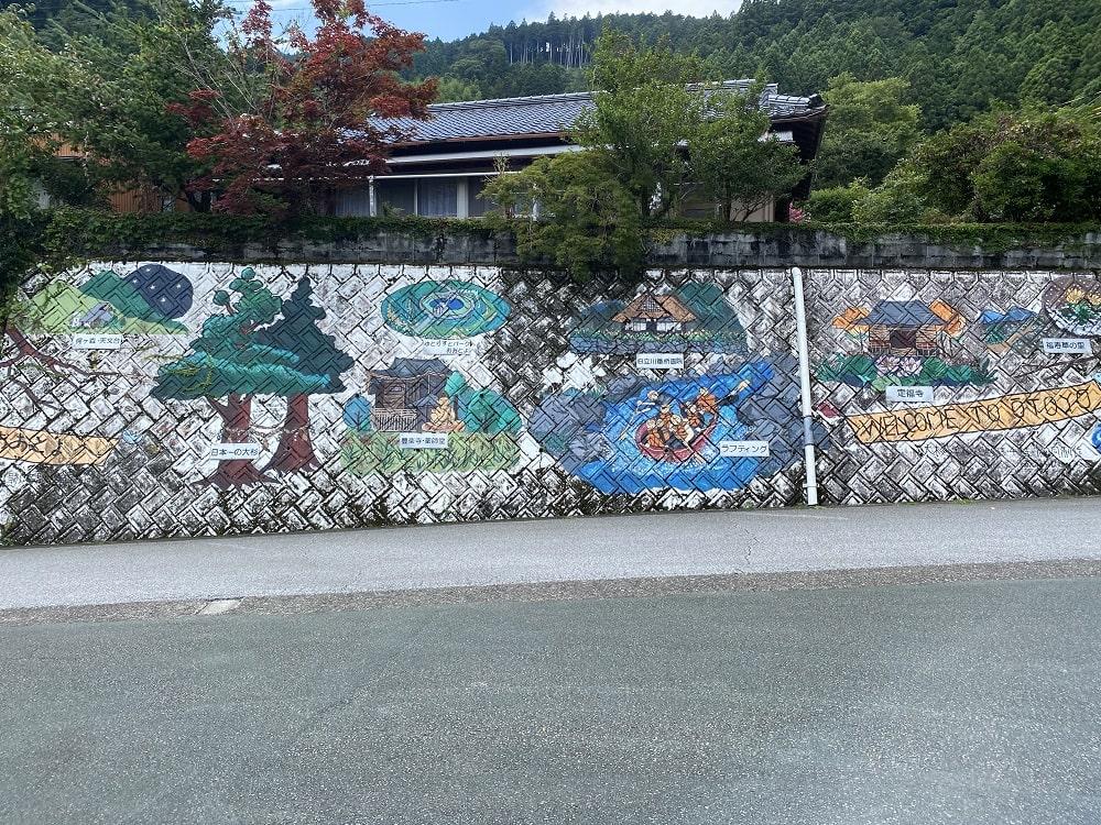 日本一の大杉と美空ひばりの歌碑・遺影碑